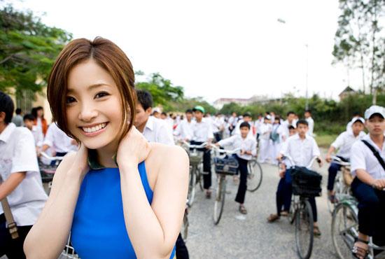 aya-ueto-vietnamese-aodai-1
